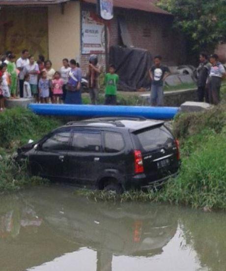 mobil tercebur sungai saat latihan nyetir di sidoarjo