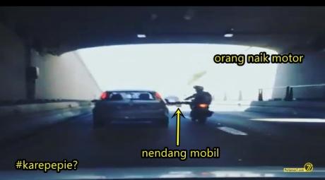 naik motor nendang mobil kecelakaan