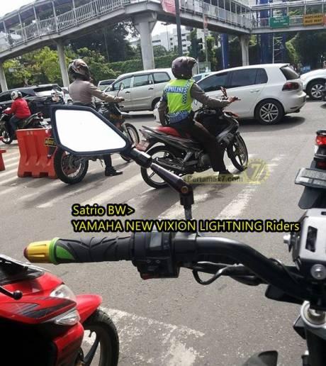 oknum polisi langgar garis putih lampu lalu lintas