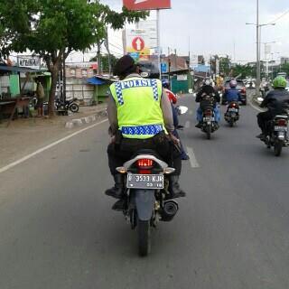 polisi naik motor tidak pake helm