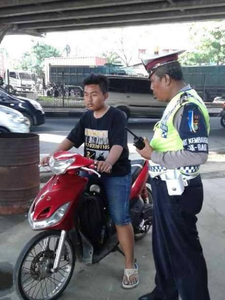tidak pake helm motor bodong ban cacing di tilang polisi