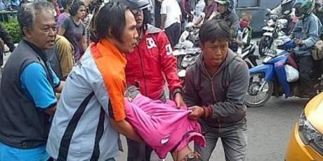 wanita menabrak bus transjakarta otista