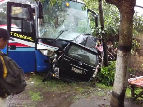 avansa melebar tabrak bus di jombang 1