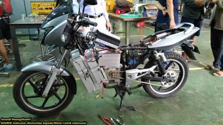 Bajaj Pulsar bermesin motor listrik karya Politeknik Negeri Jakarta 11
