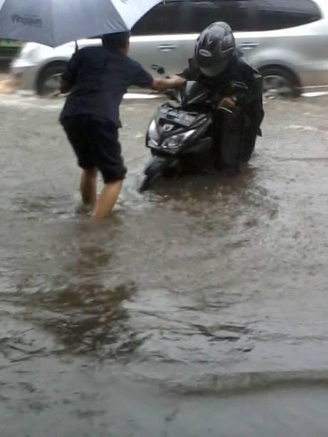 Jalan Gejayan Yogyakarta terendam banjir1