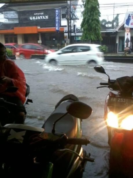 Jalan Gejayan Yogyakarta terendam banjir3