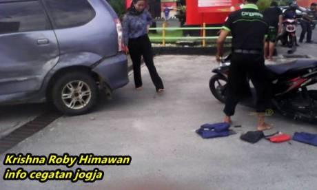 Kecelakaan beruntun avanza di jogja karena motor ragu belok 10