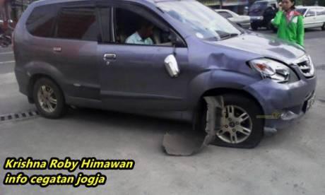 Kecelakaan beruntun avanza di jogja karena motor ragu belok 11