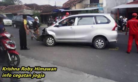 Kecelakaan beruntun avanza di jogja karena motor ragu belok 12