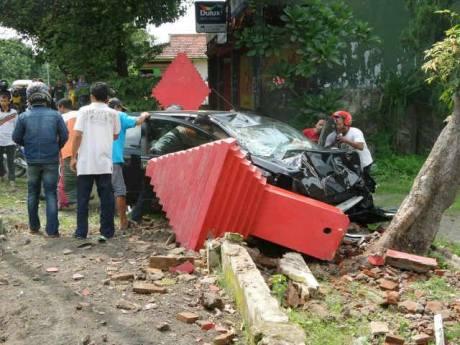 Kecelakaan grand livina vs honda beat di mojokerto karena mengantuk 10931425_777793952257863_313250647836818712_n