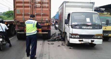 kecelakaan motor terjepit diantara truk trailer dan truk box di jalan kalianak surabaya
