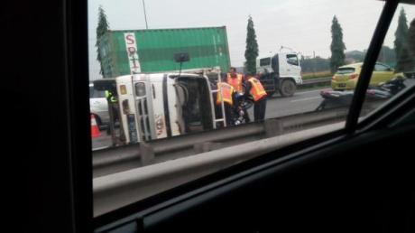 Kecelakaan truk berisi motor yamaha terguling di tol cakung 11
