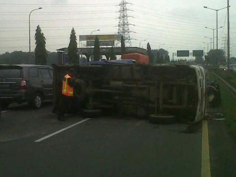 Kecelakaan truk berisi motor yamaha terguling di tol cakung B8U85SyCEAAWnVp