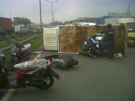 Kecelakaan truk berisi motor yamaha terguling di tol cakung B8U8wVDCQAEK_PN