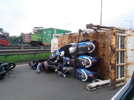 Kecelakaan truk berisi motor yamaha terguling di tol cakung kawasaki-ninja-terbaru-140214-aw-2