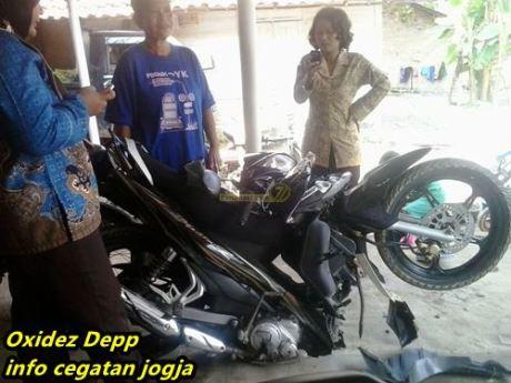kecelakaan Yamaha Jupiter Z di tabrak tronton di sumatera 1