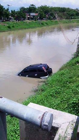 mobil milik anggota dpr nyebur sungai karena lupa hand rem di tulungagung