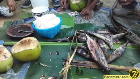 Nyicip Ikan Cakalang Bakar di Pantai SOge pertamax7.com 4