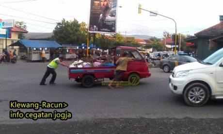 oknum polisi baik hati mau dorong mobil mogok di yogyakarta 1