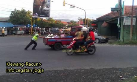 oknum polisi baik hati mau dorong mobil mogok di yogyakarta