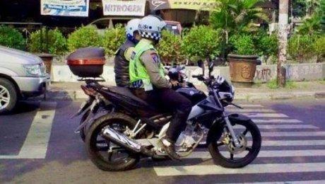 oknum polisi langgar garis berhenti lampu merah