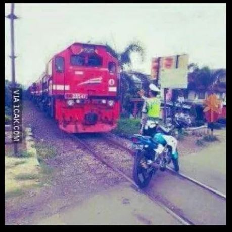 polisi setop kereta api yang melintas
