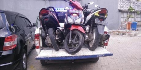 Toyota Avanza Lawan Arah Tabrak 1 mobil dan 5 Motor, 3  Luka berat di Kalimalang Jaktim, Honda Vario remuk kejepit
