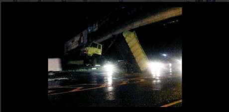 Truk Hino Nyangkut di  Tol Jagorawi  jadi kayak Transformer karena Hidrolik rusak 064535_jasamargadalam