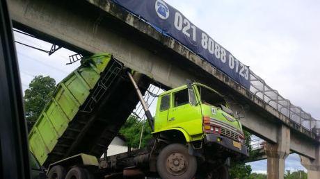 Truk Hino Nyangkut di  Tol Jagorawi  jadi kayak Transformer karena Hidrolik rusak 075252_truknyangkut3