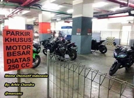 yamaha R15 dianggap moge parkir di mall