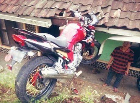 yamaha scorpio z kecelakaan sampai nyungsep atap rumah warga  sumber : motorblizt.com