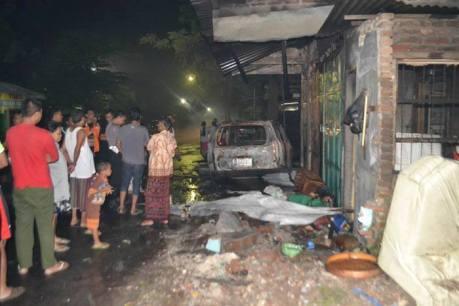 Hindari Balap Liar, Mobil daihatsu  Xenia Terbakar Tabrak bensin eceran di mojokerto