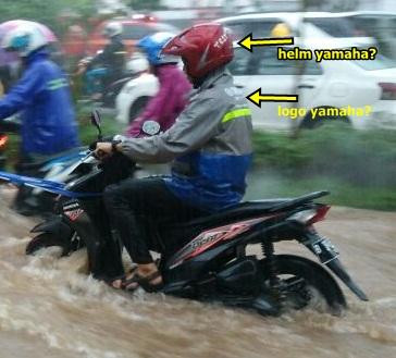 honda beat mogok kena banjir ditarik yamaha mio M3 125 jakarta pakai jas hujan logo yamaha