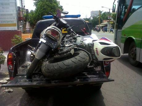 Honda CBR1000RR Fireblade 2012 tubruk 2 motor di lumajang karena Ketinggalan Rombongan 1