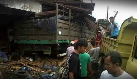 Kecelakaan Karambol Ungaran Truk Galon  VS HOnda JAZZ VS 5 motor VS Toko bangunan1 tewas 5 luka 001 Pertamax7.com