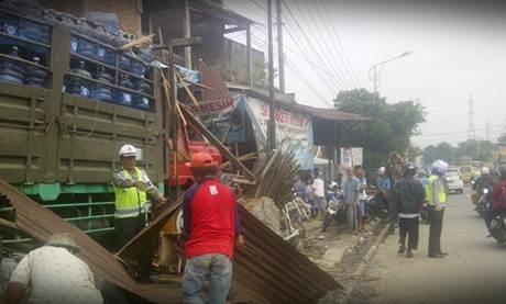 Kecelakaan Karambol Ungaran Truk Galon  VS HOnda JAZZ VS 5 motor VS Toko bangunan1 tewas 5 luka 002 Pertamax7.com