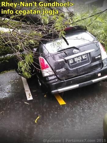 Pohon tumbang depan RS bathesda jogja timpa mobil 1 tewas 002 Pertamax7.com