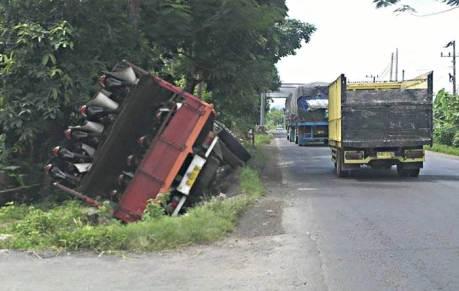 truk berisi motor baru terguling di surabaya