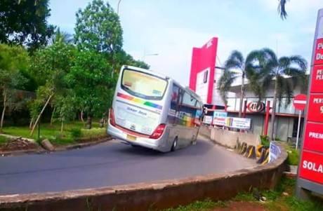 aki bus cornering sampai body ngesot aspal
