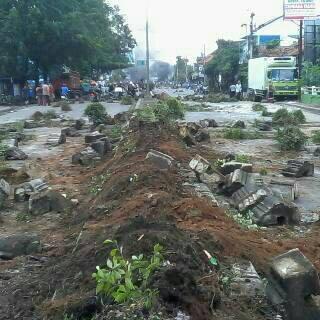 Demo nelayan hancurkan fasilitas kota Batang Jawa Tengah Pantura Macet 001