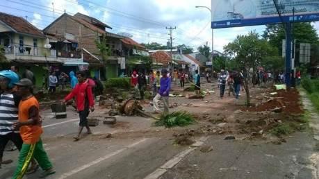 Demo nelayan hancurkan fasilitas kota Batang Jawa Tengah Pantura Macet 002