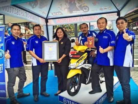 Direktur Sales PT Yamaha Indonesia Motor Manufacturing Sutarya dan management berfoto bersama dalam penyerahan simbolis Mio M3 Raih Rekor MURI
