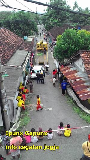 evakuasi kia picanto terguling di jogja di perkampungan warga pelem gurih