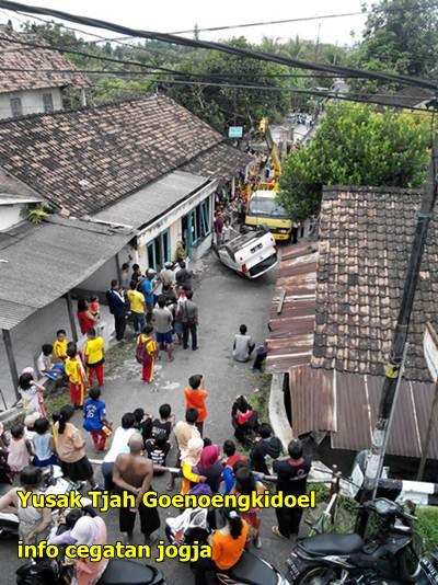 evakuasi kia picanto terguling di jogja di perkampungan warga