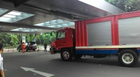 kebakaran mall margo city mobil damkar nyangkut atap lobi