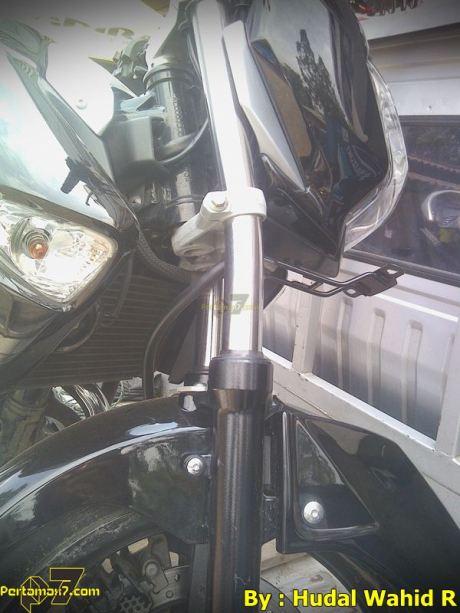 Kecelakaan Suzuki Inazuma sampai shock bengkok karena Jalan Licin 005 Pertamax7.com