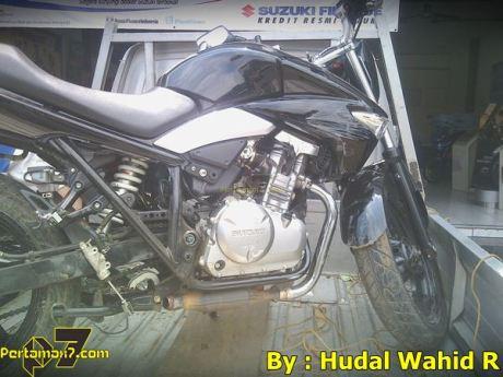Kecelakaan Suzuki Inazuma sampai shock bengkok karena Jalan Licin 006 Pertamax7.com