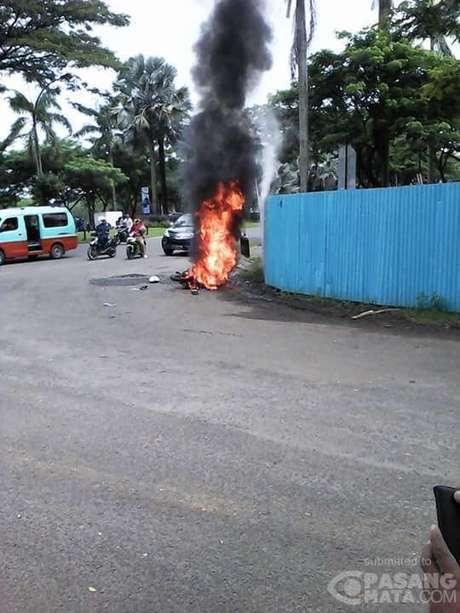 motor begal dibakar masa