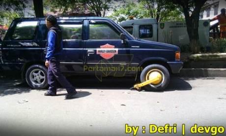 Parkir Sembarangan Roda di gembok Petugas di Solo 002 Pertamax7.com