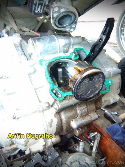 Wujud jerohan Mesin Yamaha New Vixion Setelah 34 ribu KM oli masuk ruang bakar 000 Pertamax7.com